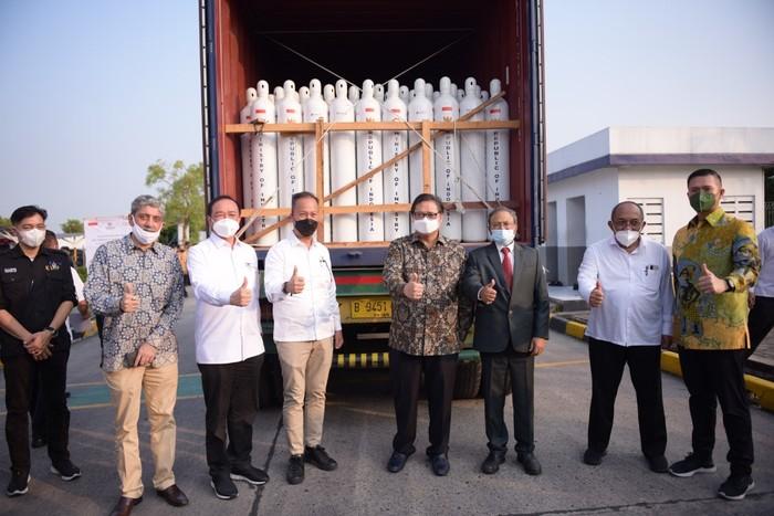 Menteri Koordinator Perekonomian Airlangga Hartarto memimpin acara Pelepasan Penyaluran Bantuan Oksigen untuk India oleh pemerintah RI di Cikande, Serang, Banten.