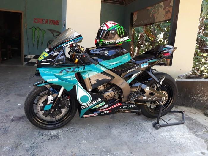 Modifikasi Yamaha Vixion jadi Yamaha R1 M dengan livery motor MotoGP