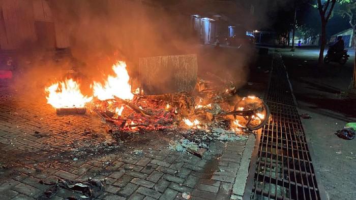 Dua kelompok di Surabaya tawuran. Ada beberapa motor yang dibakar dan orang luka-luka.
