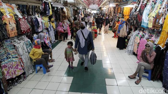 Sejumlah pedagang menunggu pembeli di los pakaian Pasar Beringharjo, Yogyakarta, Senin (10/5/2021). Memasuki H-3 Idul Fitri 1442 H, aktivitas di Pasar Beringharjo terlihat sepi dikunjungi warga untuk membeli pakaian. Sejumlah pedagang di Pasar Beringharjo mengaku ada penurunan omset penjualan pakaian jelang Idul Fitri tahun ini menyusul adanya larangan mudik.