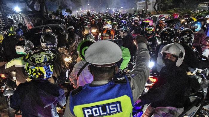 Sejumlah  pemudik motor melawan arah untuk menghindari posko penyekatan mudik di Kedungwaringin, Kabupaten Bekasi, Jawa Barat, Minggu (9/5/2021). ANTARA FOTO/ Fakhri Hermansyah/hp.