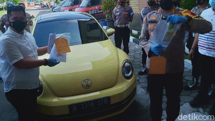 Sebuah mobil sedan berwarna kuning menerobos pos penyekatan pemudik 2021 di Klaten, Jawa Tengah. Berikut foto-foto penampakannya dari dekat.