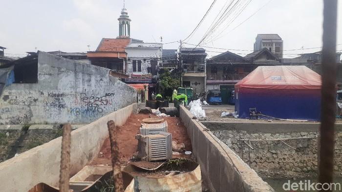 Pengerjaan taman di Jembatan Kota Paris, Johar Baru, Jakarta Pusat, 10 Mei 2021. (Afzal Nur Iman/detikcom)