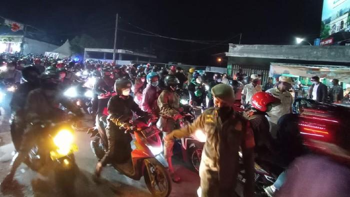Penyekatan mudik di Kedungwaringin, Bekasi, Senin (10/5) malam menimbulkan kemacetan