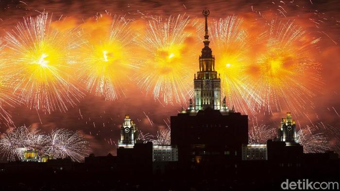 Rusia menggelar peringatan 76 tahun kemenangan dalam Perang Dunia II. Pesta kembang api turut menyemarakkan peringatan tersebut.