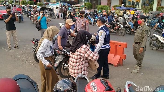 Tim gabungan dari Gugus Tugas COVID-19 Kota Pekalongan membubarkan pasar dadakan atau Pasar Tiban.