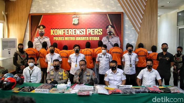 Polisi mengungkap modus debt collector yang mengepung anggota TNI. Polisi menyebut mata elang itu menyalahi aturam dam bekerja seperti preman.