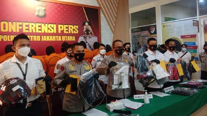 Polisi menangkap 11 debt collector yang mengepung Serda Nurhadi di Jakarta Utara