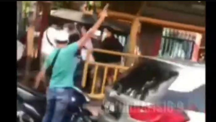 Polisi menyergap bandar narkoba di Jl Mangga Besar, Jakarta Pusat. Foto screenshit video Instagram @jurnalis169