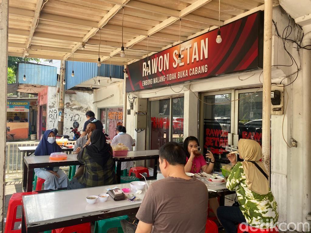 Rawon Setan: Uenak Poll! Rawon Daging Rawis Legendaris Surabaya Sejak 1952