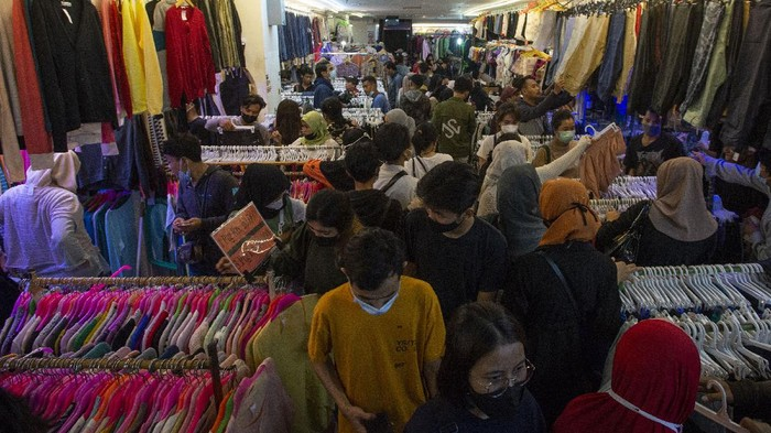Sejumlah warga berbelanja pakaian bekas impor di Blok 3 Pasar Senen, Jakarta, Senin (10/5/2021). Sejumlah pedagang setempat mengaku penjualan pakaian bekas impor seharga Rp20.000-Rp100.000 per buah tersebut mengalami kenaikan permintaan 50-100 persen selama sepekan terakhir menjelang Lebaran. ANTARA FOTO/Aditya Pradana Putra/aww.