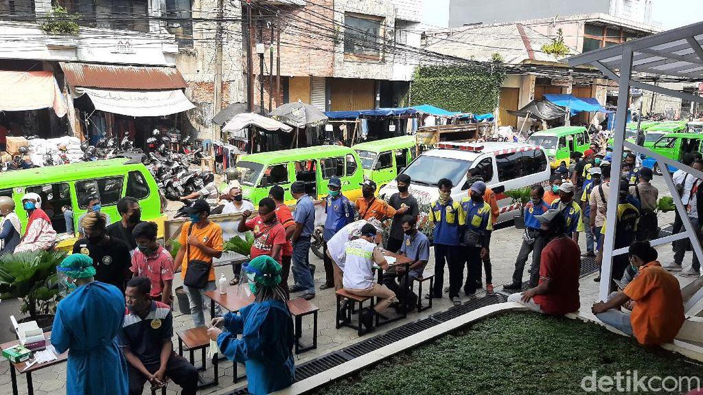 Petugas Lakukan Tes Swab Acak ke Jukir-Kuli Angkut di Pasar Anyar Bogor