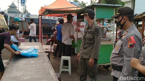 Tim gabungan Satgas COVID-19 membubarkan para pedagang pasar tiban di Alun-alun Kota Pekalongan, Senin (10/5/2021).