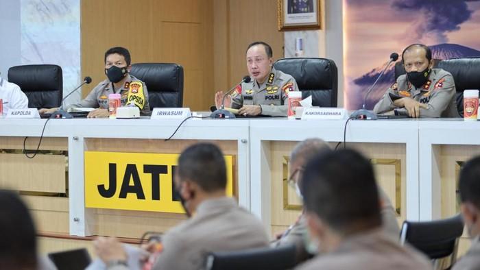 Tim supervisi Mabes Polri di bawah pimpinan Irwasum Komjen Agung Budi Maryoto mengecek Operasi Ketupat Semeru di Jawa Timur. Agung mengingatkan petugas agar meningkatkan pengamanan di tempat wisata hingga mal