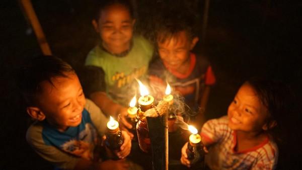 Perayaan malam pasang lampu tersebut dilakukan tiga hari jelang Idul Fitri.