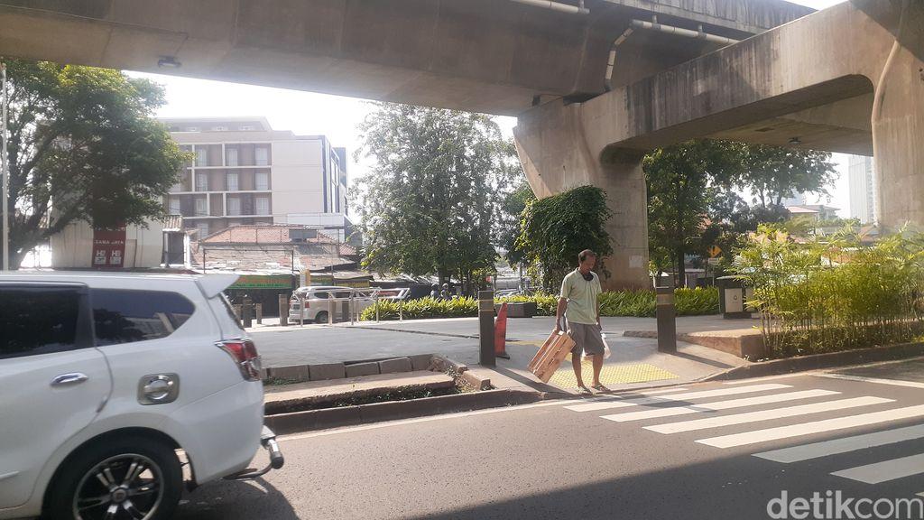 Trotoar di tengah Jl Prof Dr Satrio yang biasa digunakan menyeberang pejalan kaki, sebagian sudah dipasangi portal S, 10 Mei 2021. (Afzal NI/detikcom)