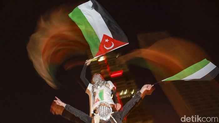 Warga Turki menggelar demo di depan konsulat Israel di Istanbul. Mereka menolak rencana Israel untuk menggusur sejumlah keluarga Palestina dari rumah-rumah mereka di Yerusalem.