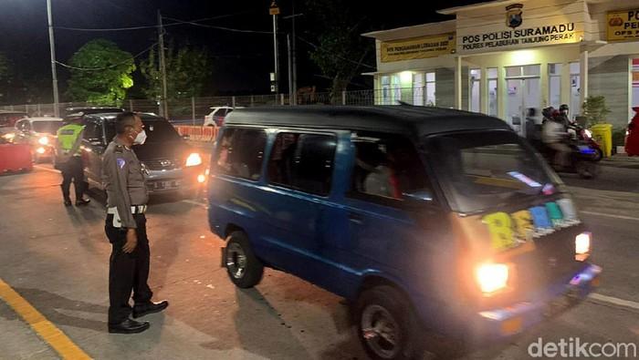 Penyekatan mudik dilakukan di jalur Suramadu. Kemacetan pun terlihat dari arah Surabaya menuju Bangkalan akibat pemeriksaan petugas di pos penyekatan.