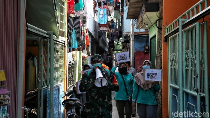 Larangan mudik telah diberlakukan sejak Kamis (6/5) lalu. Sosialisasi larangan mudik pun dilakukan di kawasan permukiman padat di Ibu Kota. Berikut potretnya.