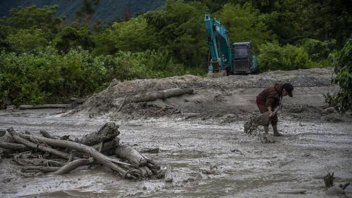 Sejumlah warga membersihkan jalan yang tertutup lumpur di Desa Beka, Marawola, Kabupaten Sigi, Sulawesi Tengah, Selasa (11/5/2021). Banjir lumpur yang terjadi pada Selasa dini hari itu kembali menerjang desa tersebut, disebabkan oleh hujan di pegunungan dan mengakibatkan longsor serta membawa material ke pemukiman dan menutup jalan. ANTARAFOTO/Basri Marzuki/wsj.