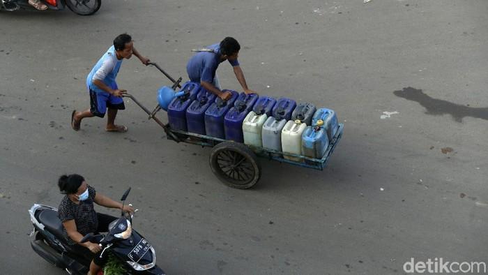 Ramadhan turut membawa berkah pedagang air bersih keliling. Mereka meraup untung lebih banyak dibanding hari biasa.