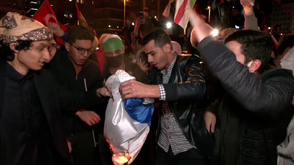 Demonstran di Turki Bakar-Injak Bendera Israel