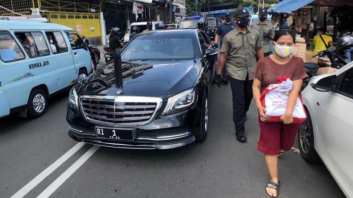 Presiden Jokowi mendadak memutuskan untuk jalan-jalan keluar Istana Merdeka meninjau situasi terkini Ibu Kota Jakarta jelang Hari Raya Idul Fitri. Ia pun bagi-bagi sembako.