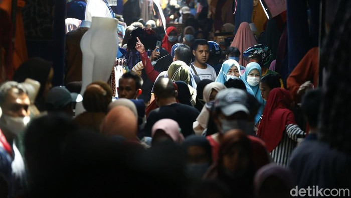 H-2 Lebaran, Pasar Tanah Abang kembali ramai pengunjung. Begini kondisinya.