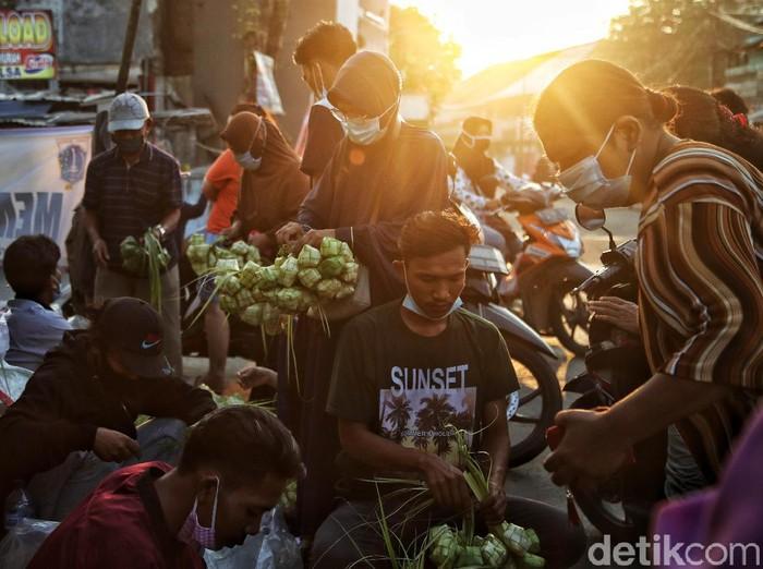 Beragam persiapan sambut Lebaran mulai dilakukan warga di berbagai kawasan, tak kecuali di pesisir Jakarta. Mereka datang ke pasar untuk beli kebutuhan Lebaran.