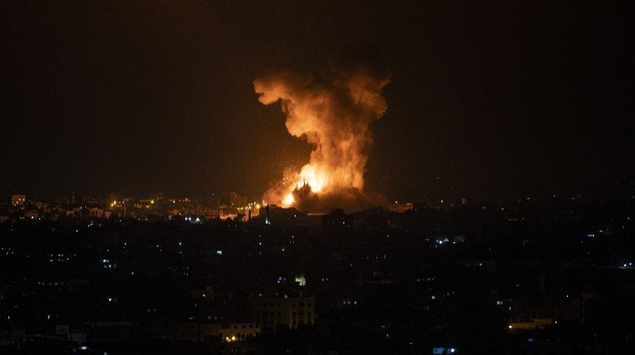 Israel melancarkan gempuran udara ke wilayah Gaza, Palestina. Otoritas Gaza menyebut sedikitnya 20 orang tewas akibat gempuran udara itu.
