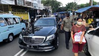 Jokowi Mendadak Keliling Jakarta Sambil Bagi-bagi Sembako
