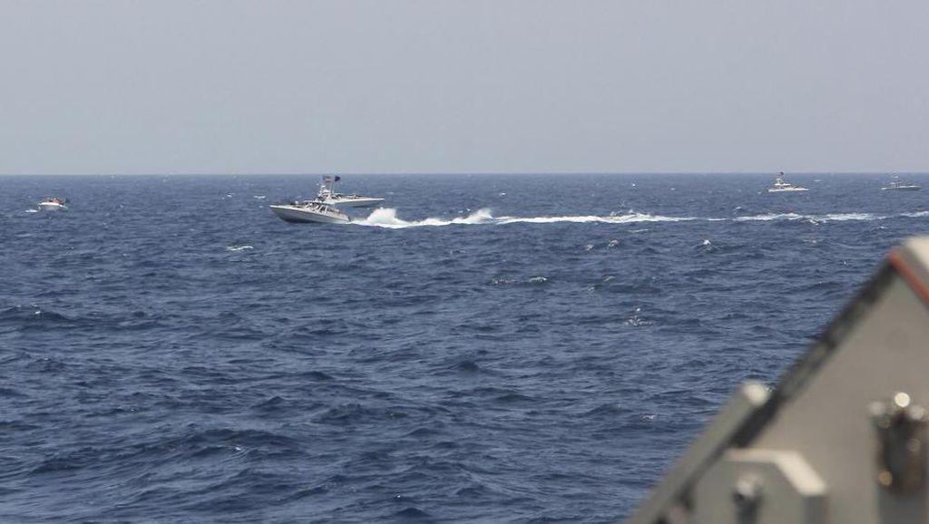Kapal AS Lepas 30 Tembakan Peringatan ke Kapal Iran di Selat Hormuz
