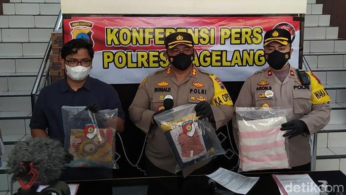Kapolres Magelang AKBP Ronald A Purban menunjukkan barang bukti aborsi, Selasa (11/5/2021).