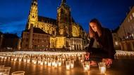 Kelap-kelap Lilin di Kastil Praha Untuk Korban Corona