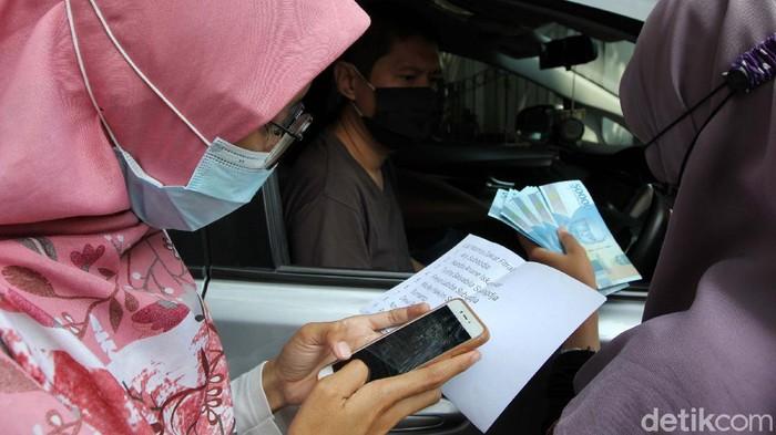 Masjid Agung Al Azhar, Jakarta Selatan, menerapkan cara membayar zakat secara 'Drive Thru'. Hal ini guna menerapkan protokol kesehatan di tengah pandemi COVID-19.