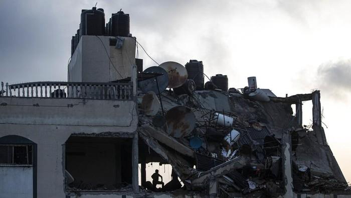 Israel melancarkan gempuran udara ke wilayah Gaza untuk respons ratusan roket yang ditembakkan Hamas. Serangan udara itu porak porandakan bangunan di Kota Gaza.