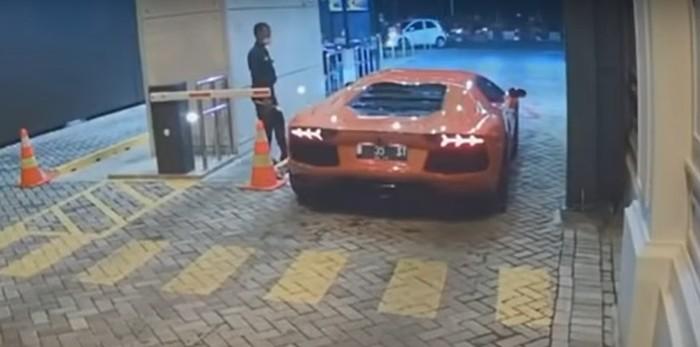 Lamborghini Aventador geber knalpot di komplek