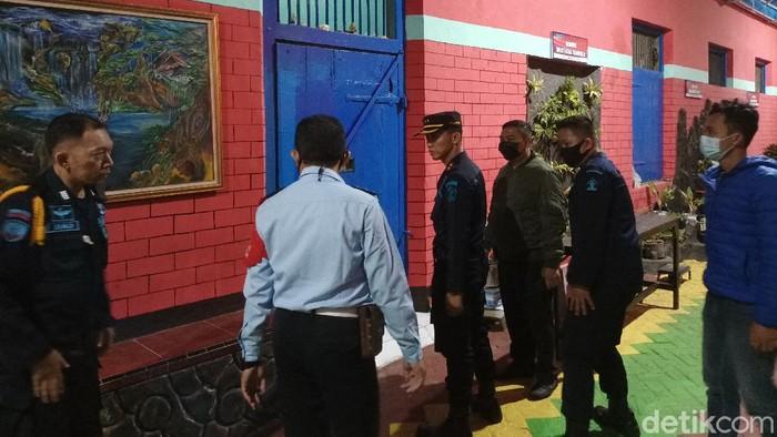 Pengedar pil koplo di Sidoarjo diringkus dan mencatut seorang napi di Lapas Probolinggo. Maka dari itu, petugas lapas bersama satreskoba setempat merazia lapas tersebut.