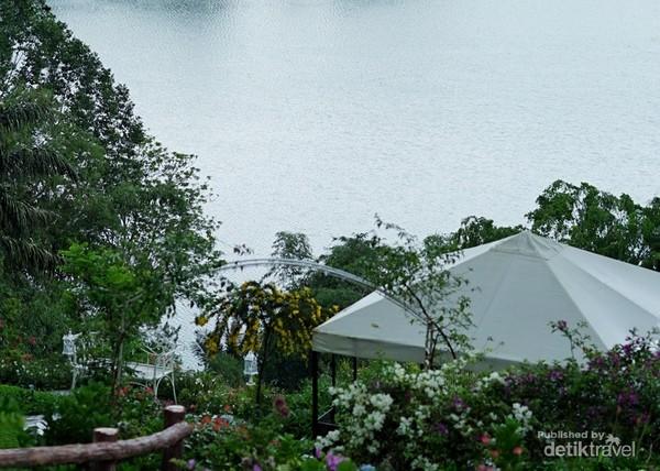 Banyak spot foto dan tempat untuk menikmati keindahan danau