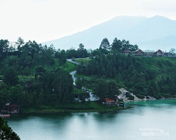 Walaupun cuaca mulai mendung tapi danau Linow masih tetap terlihat cantik