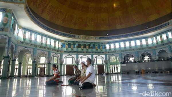 Masjid yang diperkirakan menampung 15.000 jamaah ini memliki luas bangunan yang begitu luas, yaitu, 5.775 meter persegi.