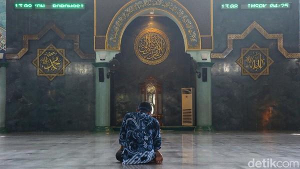 Di sisi belakang masjid terdapat Galeri Islam. Di sini, jemaah masjid bisa mempelajari agama Islam, karena terdapat poster pengetahuan tentang agama Islam, serta buku buku agama lainnya.