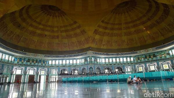 Masjid seluas 5.775 meter persegi tersebut memiliki keunikan dengan kubah bertumpuk lima dengan diameter 63 meter, sehingga kabarnya menjadi masjid dengan kubah tanpa penyangga terbesar di dunia.