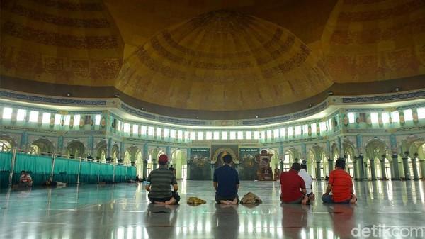 Kelima kubah yang bermakna lima rukun Islam dan kewajiban shalat lima waktu tersebut diletakkan tanpa tiang penyangga.