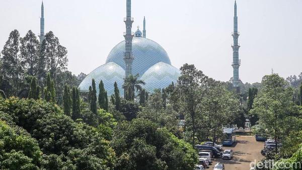 Tepat sejajar dengan titik temu empat kubah anak tersebut, terpancang empat buah menara setinggi 55 meter yang terinspirasi dari bentuk menara Masjid Haqia Shopia (Masjid Biru) di Istanbul, Turki.