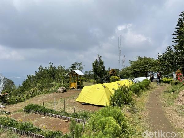 Lokasi deretan warung itu kini digunakan untuk area kemping. Jadi lahan kemping di Mawar Camp - Gunung Ungaran Semarang menjadi lebih lega.