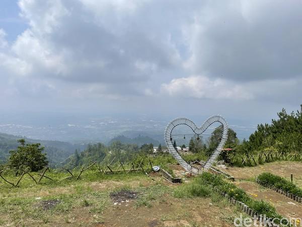 Saat ini, pengelola Mawar Camp - Gunung Ungaran Semarang sudah memberikan variasi wisata lain.Ada 10 aktivitas utama di sana, mulai dari kemping, pendakian, wisata alam, sunrise, night view, edukasi, jungle trekking,hill walking, hiking, petualangan.