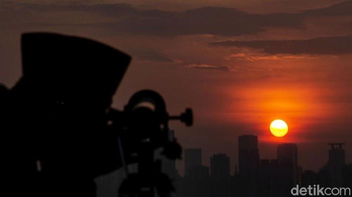 Menjelang penghujung Ramadhan, proses pemantauan hilal mulai dilakukan. Pemantauan hilal itu salah satunya dilakukan oleh petugas Kementerian Agama DKI Jakarta.
