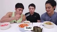 Seru! Oppa-Oppa Korea Ini Coba Takjil untuk Pertama Kalinya