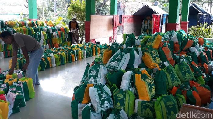 Paket Bansos Dibagikan ke Personel Pemutus Rantai COVID-19 Bojonegoro